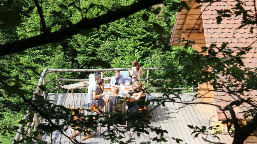 block-hütte-frühstück-auf-der-veranda