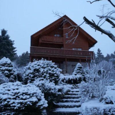 Holzhaus-Oberbrändi-Schnee